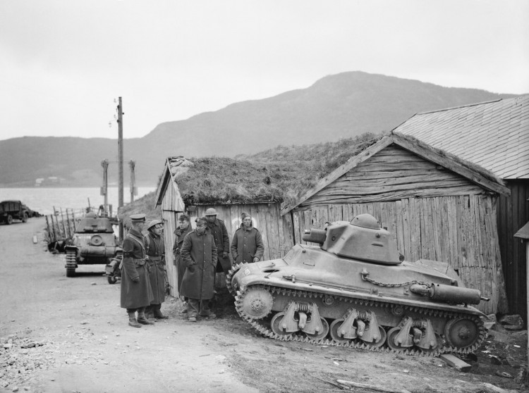 British_troops_with_French_Hotchkiss_H39_tanks_in_Steinland,_Norway,_1940._N229.jpg